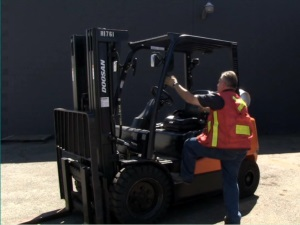 Intro to Counterbalanced Forklifts Spanish DVD 3
